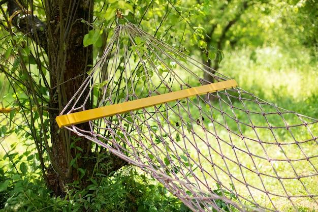 Sommergarten mit hängender hängematte zum entspannen