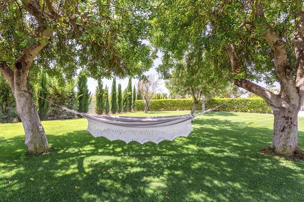 Sommergarten mit hängender hängematte zur entspannung