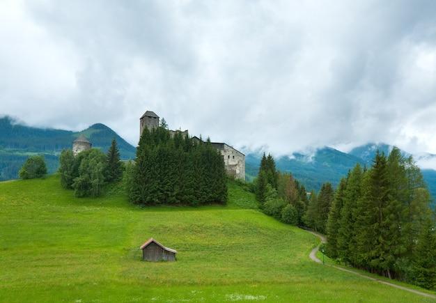 Sommergebirgslandansicht mit altem schloss, italien, europa