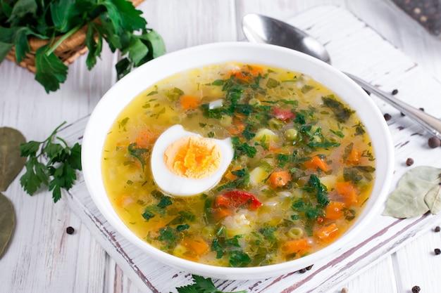 Sommergemüsesuppe mit leckerem gesundem gemüse