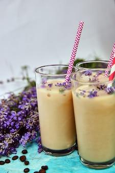 Sommergetränk eiskaffee mit lavendel in glas und kaffeebohnen