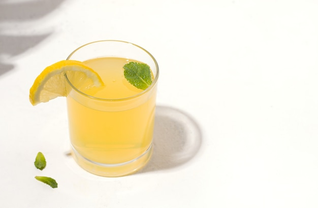 Sommergetränk, erfrischende, fermentierte kombucha-limonade mit zitrone.