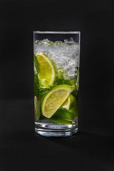 Sommergetränk mit kalk und minze lokalisierte schwarzes