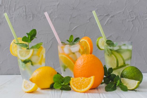 Sommergetränke mit strohhalmen und fruchtschnitten