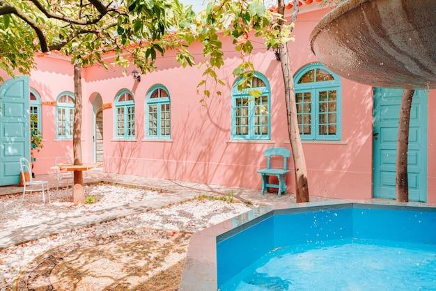 Sommerhaus mit pastellfarbe von vintage-fenstern