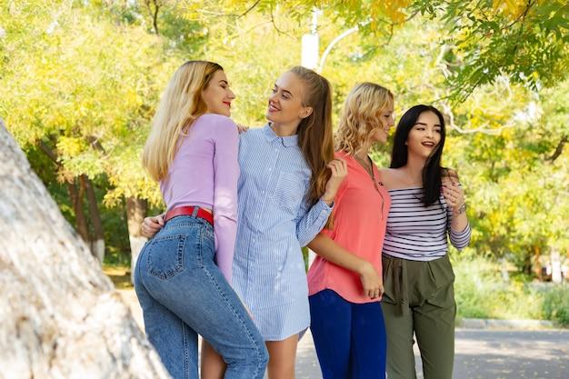 Sommerherbstferien, feiertage, reise und leutekonzept - gruppe junge frauen im park