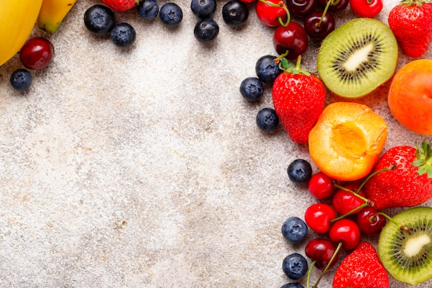 Sommerhintergrund der früchte und der beeren