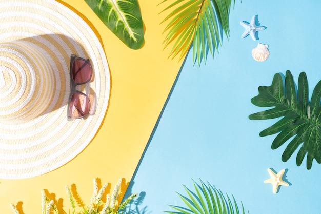 Sommerhintergrund mit grünem blatt, hut und sonnenbrille