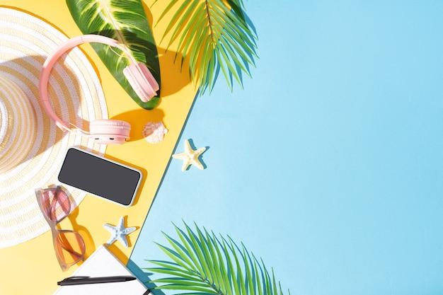 Sommerhintergrund mit telefon, kopfhörer, hut und sonnenbrille