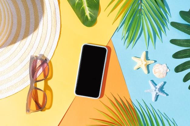 Sommerhintergrund mit telefon, notiz, hut und sonnenbrille