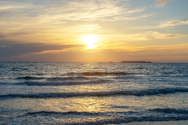 Sommerhintergrund mit tropischem strand während sonnenuntergang