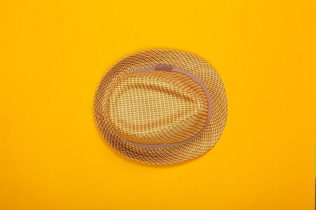Sommerhut auf farbe. draufsicht, flach zu legen