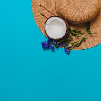 Sommerhut mit kokosnuss und blumendekoration