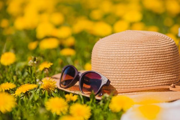 Sommerhut und sonnenbrille mit blumen
