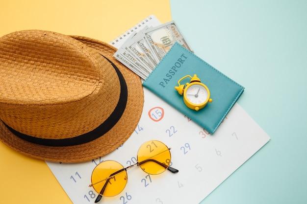Sommerkalender zeitplan mit reisezubehör. reise, tourismus, urlaubskonzept