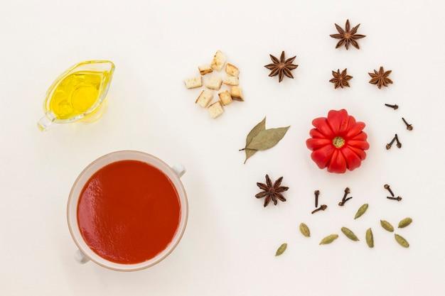 Sommerkalte tomatensuppe. satz von produkten für gazpacho, weißer hintergrund