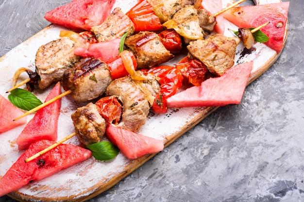 Sommerkebab, gegrilltes fleisch mit wassermelone