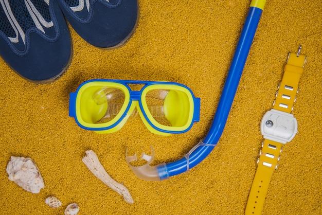 Sommerkonzept mit schutzbrille und schnorchel