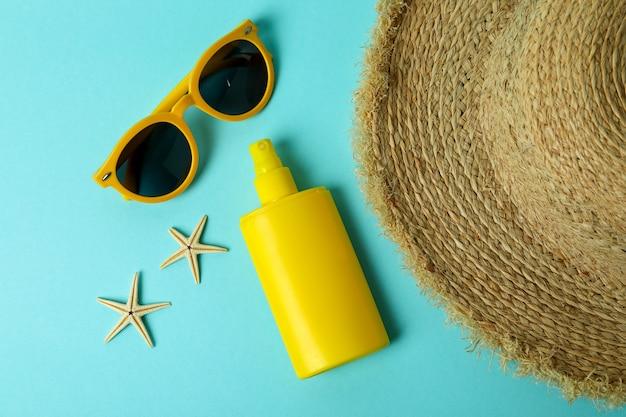 Sommerkonzept mit sonnencreme auf blau