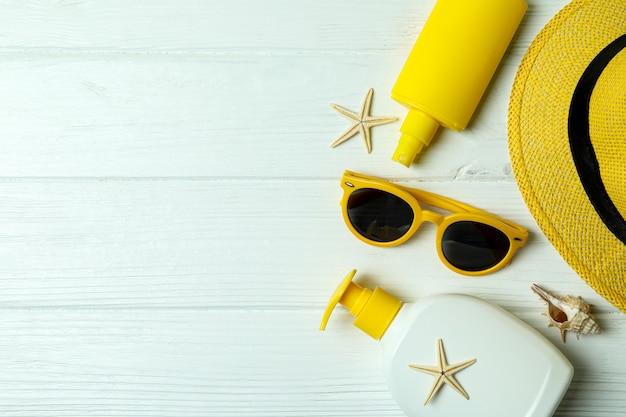 Sommerkonzept mit sonnencreme auf weißem holz