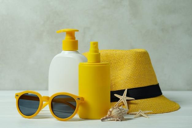 Sommerkonzept mit sonnencreme auf weißem holztisch