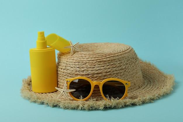 Sommerkonzept mit sonnenschutz auf blauem isoliertem hintergrund
