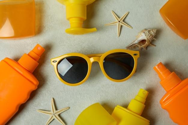 Sommerkonzept mit sonnenschutzmitteln auf strukturiertem