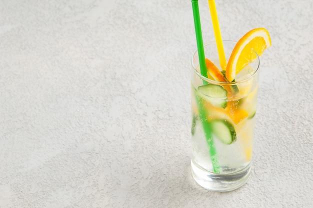 Sommerkühlgetränk mit zitrone und gurke im glas