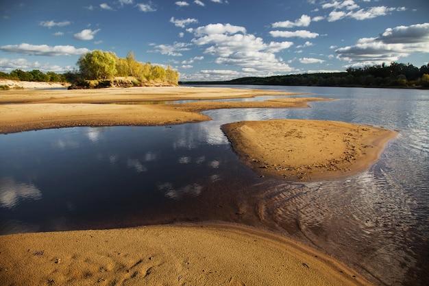 Sommerlandschaft am fluss an einem klaren tag, der schöne strand am fluss pripyat, sparer für ihren desktop, beruhigende aussicht, wolken am blauen himmel über dem flusswasser, schönheit der natur, insel
