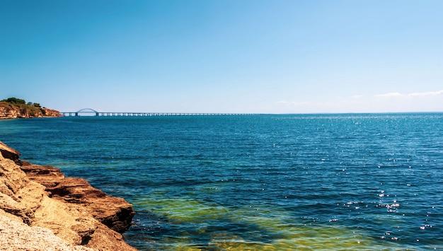 Sommerlandschaft mit blick auf das schwarze meer und die krimbrücke