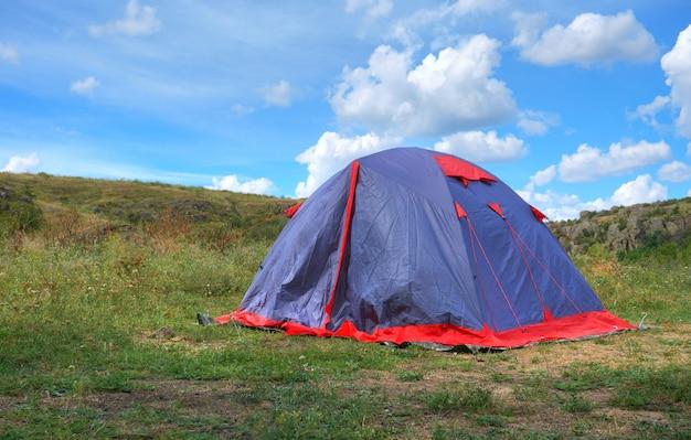 Sommerlandschaft mit zelten