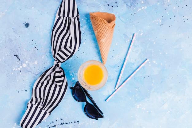 Sommerlebensmittel und -kleidung auf blauem hintergrund