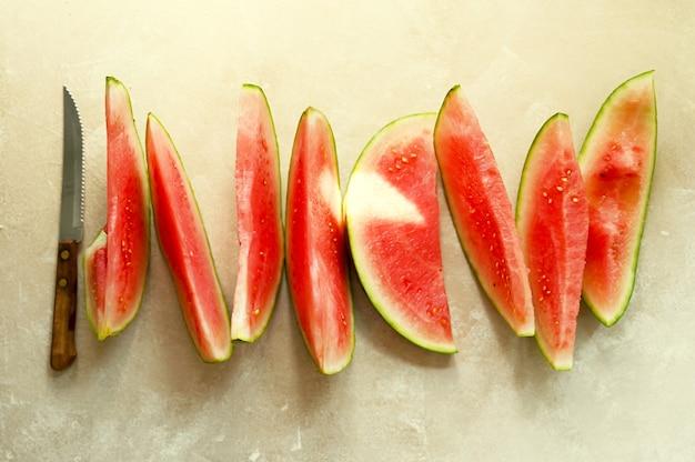 Sommerlebensmittelhintergrund. reife wassermelonenscheiben in einem teller, auf warmem hintergrund