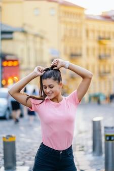 Sommerlebensstil-modeporträt der jungen stilvollen hipsterfrau, die auf der straße geht