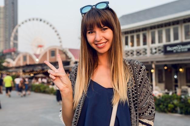 Sommerlebensstilporträt der niedlichen frau, die auf sonnigem flussufer in bangkok geht