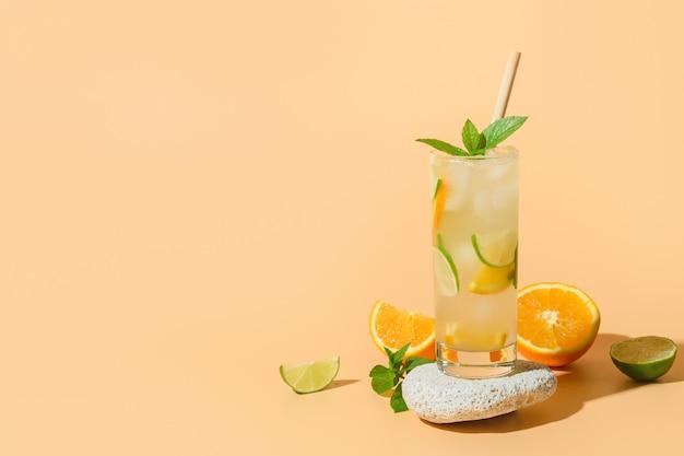 Sommerlimonade oder cocktail mit orangen-limetten-scheibe