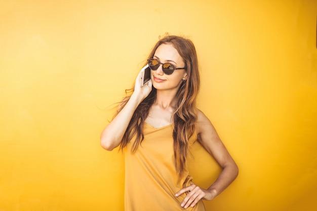 Sommermädchen, das am telefon spricht
