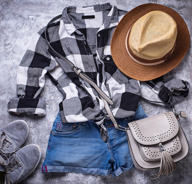 Sommermädchenhippies-ausstattung auf grauem hintergrund