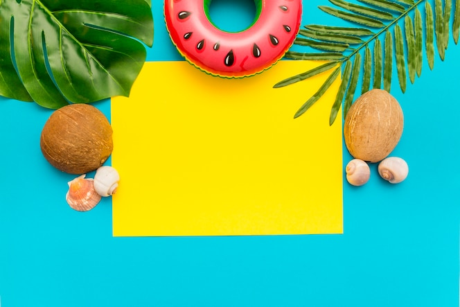 Sommermischung mit palmblättern und kokosnuss auf blauem hintergrund