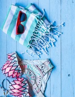 Sommermodefrauen-badeanzugbikini, ferienkonzept