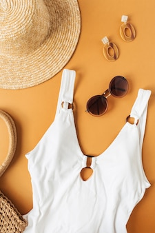 Sommermodekonzept mit badeanzug für frauen und accessoires auf ingweroberfläche Premium Fotos