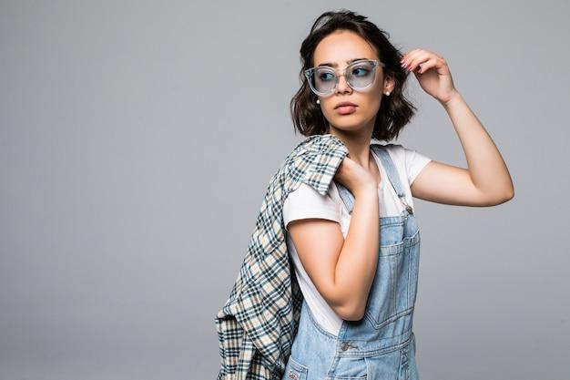 Sommermodeporträt im freien der schönen eleganten frau, die sonnenbrille lokalisiert trägt