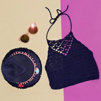 Sommermütze, sonnenbrille, strickoberteil. minimaler accessoire-trend