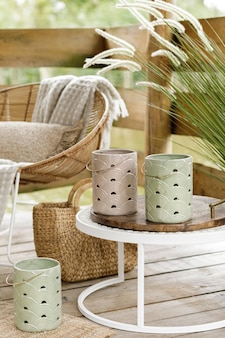Sommerpavillon am see mit stilvollen rattan sessel couchtisch kissen plaid und eleganten accessoires in modernem dekor summer vibes chillout