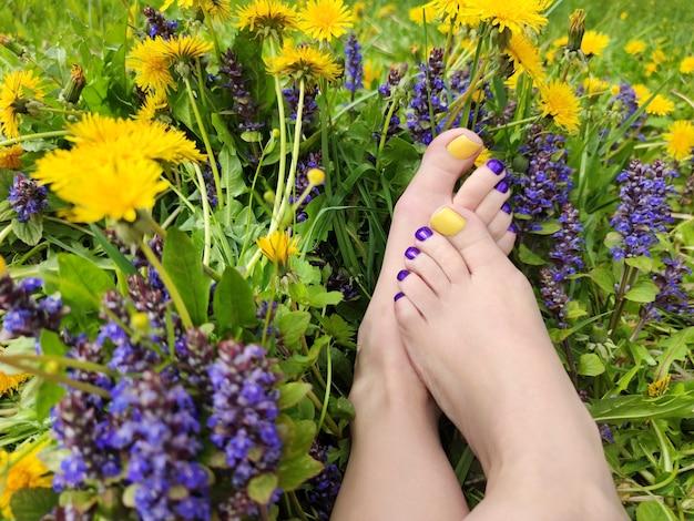 Sommerpediküre bei wildblumen