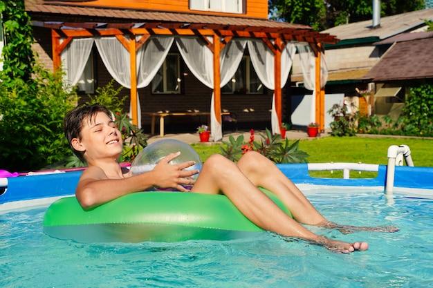 Sommerpool mit einem grünen kreis und einem lachenden kerl gesättigten blauen wasserhintergrund sommerferien l ...