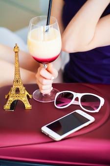 Sommerreise urlaub. frau, die in einem hotelzimmer in sommerferien trinkt