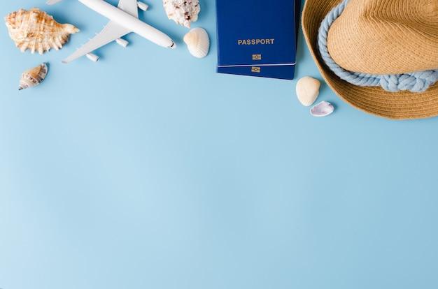 Sommerreisekonzept. dekoratives flugzeug, pässe, hut und muscheln.