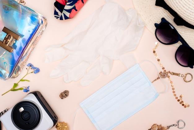 Sommerreisezubehör. damen-set mit spielzeug für erwachsene, kamera, hut, brille, schutzmaske und handschuhen