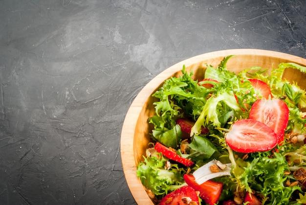 Sommersalat mit erdbeeren und gemüse